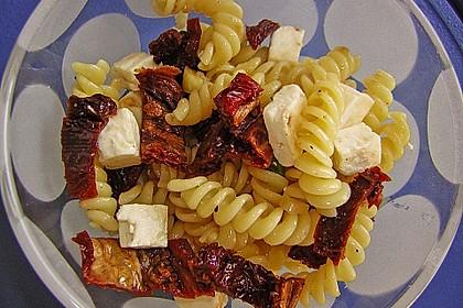 Nudelsalat mit getrockneten Tomaten, Pinienkernen, Schafskäse und Basilikum 27