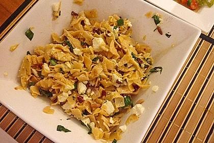 Nudelsalat mit getrockneten Tomaten, Pinienkernen, Schafskäse und Basilikum 66