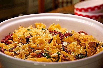 Nudelsalat mit getrockneten Tomaten, Pinienkernen, Schafskäse und Basilikum 2