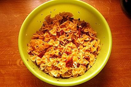 Nudelsalat mit getrockneten Tomaten, Pinienkernen, Schafskäse und Basilikum 62