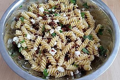 Nudelsalat mit getrockneten Tomaten, Pinienkernen, Schafskäse und Basilikum 49