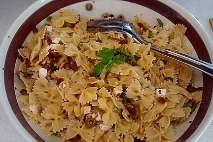 Nudelsalat mit getrockneten Tomaten, Pinienkernen, Schafskäse und Basilikum 29