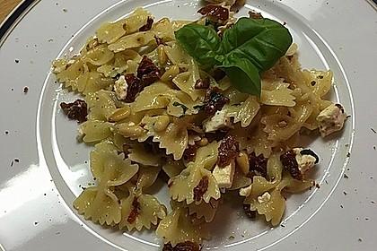 Nudelsalat mit getrockneten Tomaten, Pinienkernen, Schafskäse und Basilikum 11