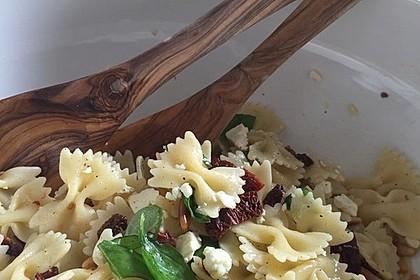 Nudelsalat mit getrockneten Tomaten, Pinienkernen, Schafskäse und Basilikum 20