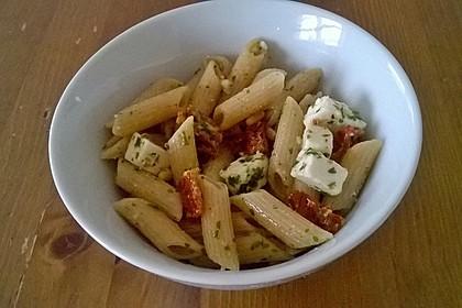 Nudelsalat mit getrockneten Tomaten, Pinienkernen, Schafskäse und Basilikum 31