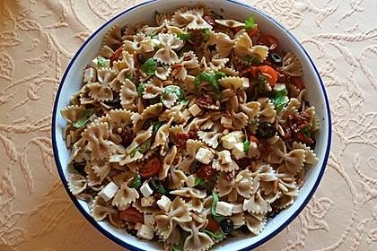 Nudelsalat mit getrockneten Tomaten, Pinienkernen, Schafskäse und Basilikum 9