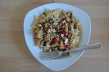 Nudelsalat mit getrockneten Tomaten, Pinienkernen, Schafskäse und Basilikum 17