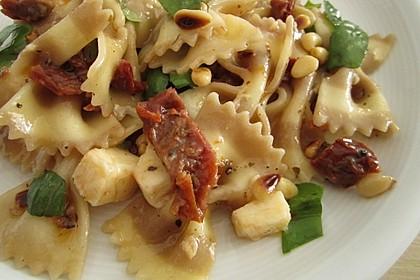 Nudelsalat mit getrockneten Tomaten, Pinienkernen, Schafskäse und Basilikum 15