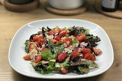 Salat mit Erdbeeren und Parmesan (Bild)