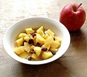 Winterliches Apfelkompott mit Rosinen und Gewürzen (Bild)