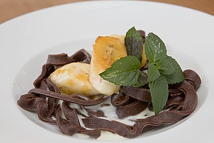 Schokonudeln mit karamellisierter Banane und Vanillesauce
