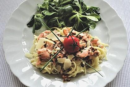 Tagliatelle mit Räucherlachs und getrockneten Tomaten (Bild)