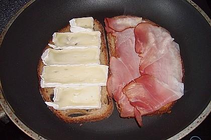 Geröstetes Brot mit Brie und Schinken