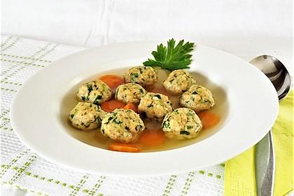 Grüne Semmelklößchen als Suppeneinlage