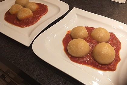 Schafskäseknödel auf fruchtiger Tomatensauce 21