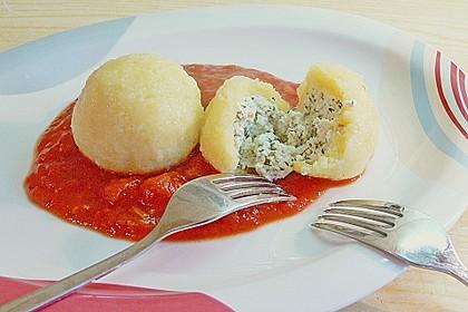 Schafskäseknödel auf fruchtiger Tomatensauce 2