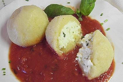 Schafskäseknödel auf fruchtiger Tomatensauce 4