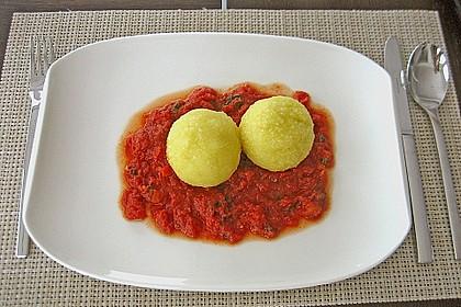 Schafskäseknödel auf fruchtiger Tomatensauce 5