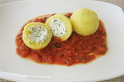 Schafskäseknödel auf fruchtiger Tomatensauce