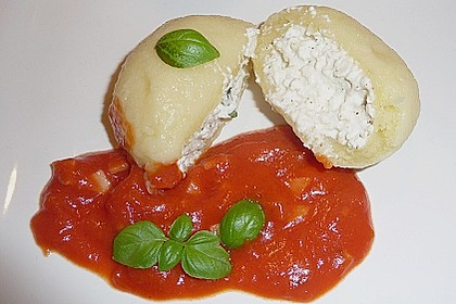 Schafskäseknödel auf fruchtiger Tomatensauce 10