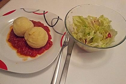 Schafskäseknödel auf fruchtiger Tomatensauce 29