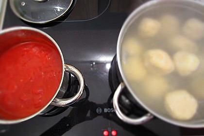 Schafskäseknödel auf fruchtiger Tomatensauce 48