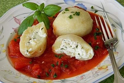 Schafskäseknödel auf fruchtiger Tomatensauce 8