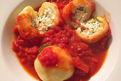 Schafskäseknödel auf fruchtiger Tomatensauce 13