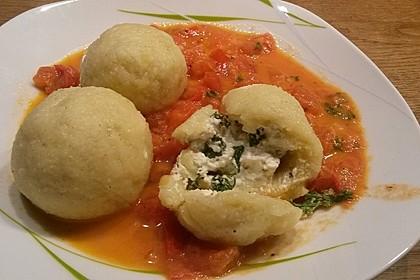 Schafskäseknödel auf fruchtiger Tomatensauce 12