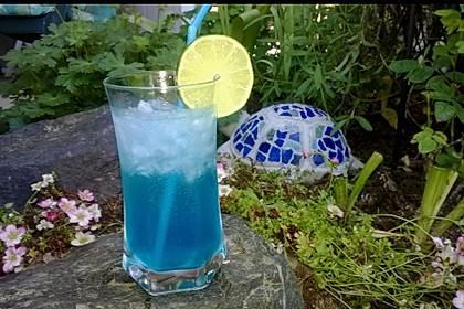 Blue Ocean Cocktail mit Wodka und Limette