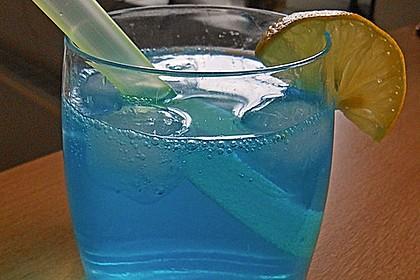 Blue Ocean Cocktail mit Wodka und Limette 5