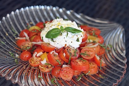 Tomatensalat mit körnigem Frischkäse