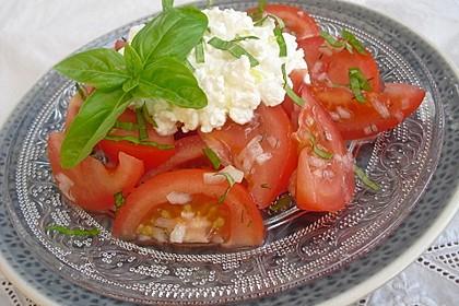 Tomatensalat mit körnigem Frischkäse 1