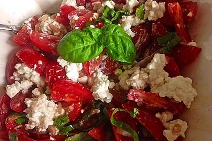 Tomatensalat mit körnigem Frischkäse 7