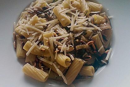 Penne mit Zucchini, Pinienkernen und Parmesan