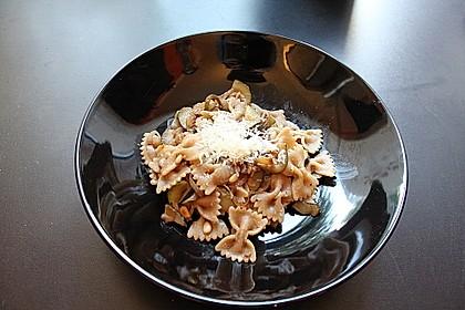 Penne mit Zucchini, Pinienkernen und Parmesan 1