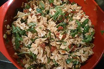 Mediterraner Nudelsalat mit getrockneten Tomaten und Pinienkernen 4