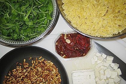 Mediterraner Nudelsalat mit getrockneten Tomaten und Pinienkernen 3