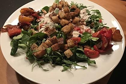 Gemischter grüner Salat mit Walnüssen und Parmesan 12