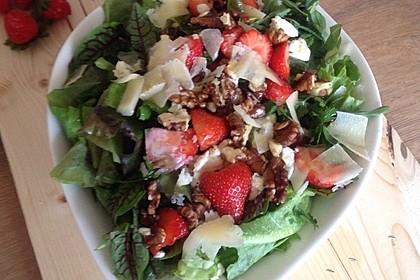 Gemischter grüner Salat mit Walnüssen und Parmesan 11