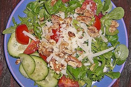 Gemischter grüner Salat mit Walnüssen und Parmesan 6