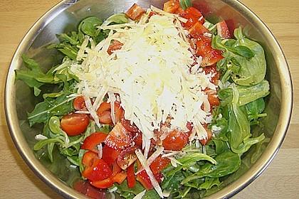 Gemischter grüner Salat mit Walnüssen und Parmesan 3