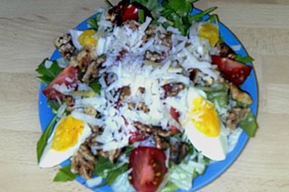 Gemischter grüner Salat mit Walnüssen und Parmesan 18