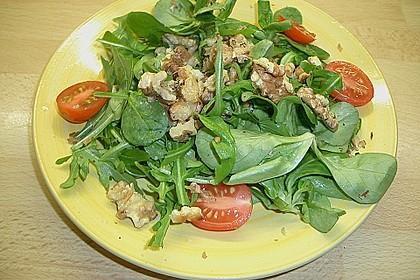 Gemischter grüner Salat mit Walnüssen und Parmesan 10
