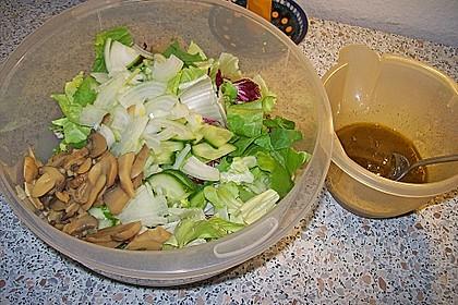 Gemischter grüner Salat mit Walnüssen und Parmesan 17