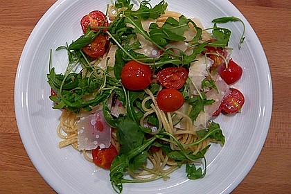 Scharfe Spaghetti mit Rucola, Tomate und Parmesan 1