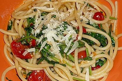 Scharfe Spaghetti mit Rucola, Tomate und Parmesan 3