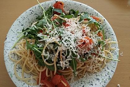 Scharfe Spaghetti mit Rucola, Tomate und Parmesan 4