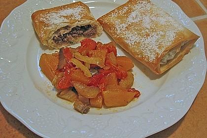 Teigtaschen mit scharfer Fleischfüllung an süß - saurem Gemüse
