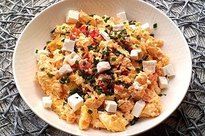 Rührei mit Tomate und Schafskäse (Bild)
